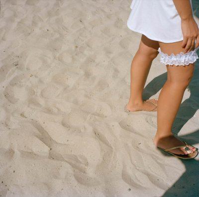 Roemenië, Mamaia, 21-07-2007 Mamaia is een badplaats in Roemenië en ligt ten noorden van Constanţa, de belangrijkste havenstad van Roemenië. Mamaia ligt op een strook land van 7 km in de lengte en 300 m in de breedte. De plaats is te vergelijken met een badplaats als Benidorm. Benen op slippers op het strand. PHOTO AND COPYRIGHT ROGER CREMERS