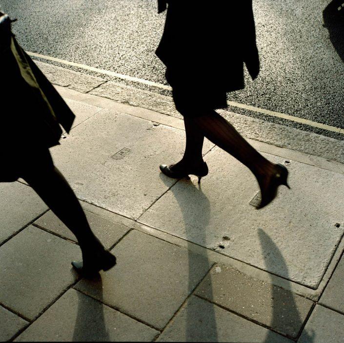 Engeland, Londen, 24-01-2008 Beautiful and elegant women legs on high heels on Berkeley Square London.