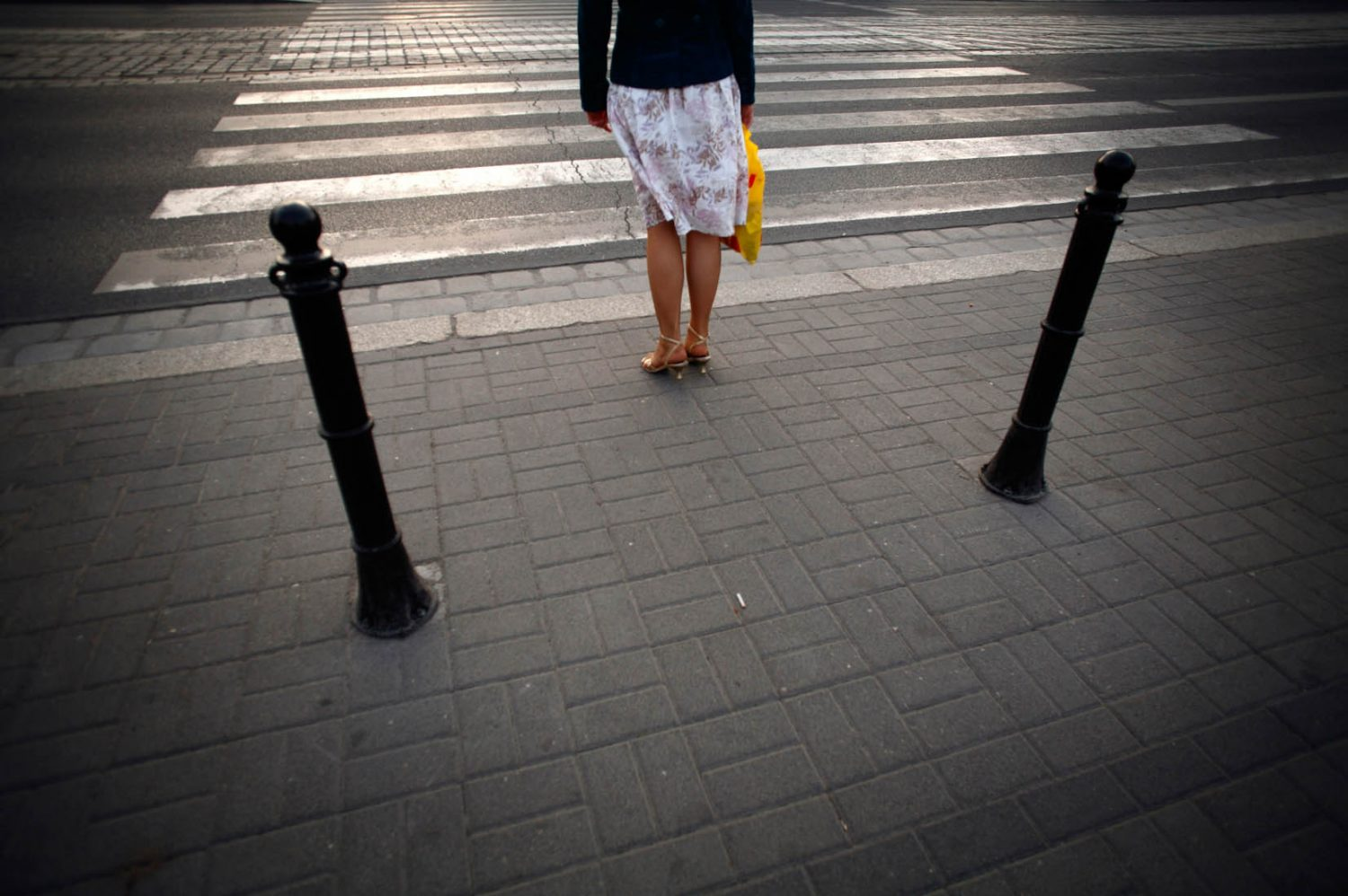 Polen, Wroclaw, 11-05-2008 Beautiful and elegant woman legs waiting at the road crossing in Wroclaw. PHOTO AND COPYRIGHT ROGER CREMERS