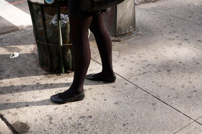 Verenigde Staten, New York, 13-10-2008 Beautiful woman legs on Wall Street New York PHOTO AND COPYRIGHT ROGER CREMERS