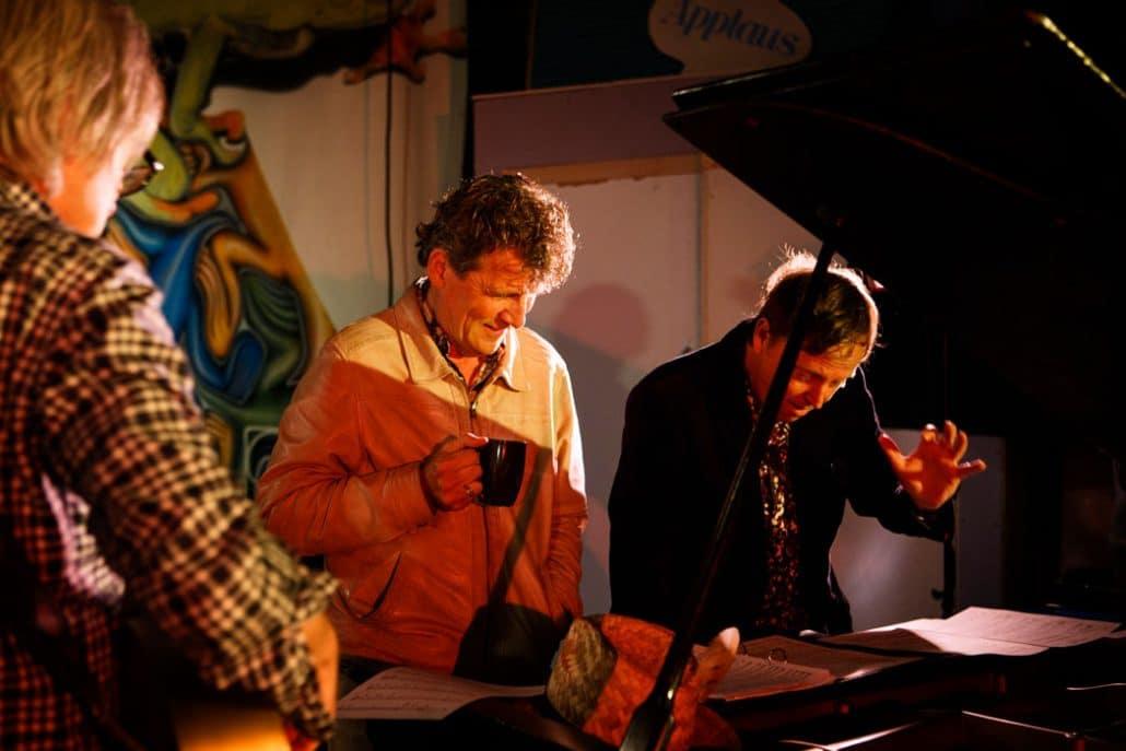 Nederland, Utrecht, 31-10-2013 Gé Reinders zingt een lied naar een gedicht van Ted van Lieshout voor NCRV 'Schepper & Co in het land' in de Kytopia studio . PHOTO AND COPYRIGHT ROGER CREMERS
