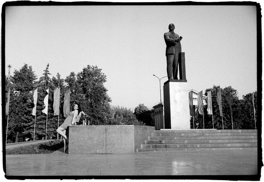 Oekraine, Krim, Simferopol, 16-06-2008 Twee jonge gaan bij het Lenin beeld in het midden van de stad zitten om bier te drinken. Simferopol is de hoofdstad van de autonome Krimrepubliek, op het schiereiland de Krim, in Oekraine. PHOTO AND COPYRIGHT ROGER CREMERS