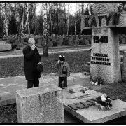 Polen, Warschau, 30-05-2004 Open en kleinzoon bidden op het militaire begraafplaats in Warschau voor een gedenkteken van de slachtoffers van het drama in Katyn in 1940. Cmentarz Wojskowy (militaire begraafplaats) van Warschau PHOTO AND COPYRIGHT ROGER CREMERS