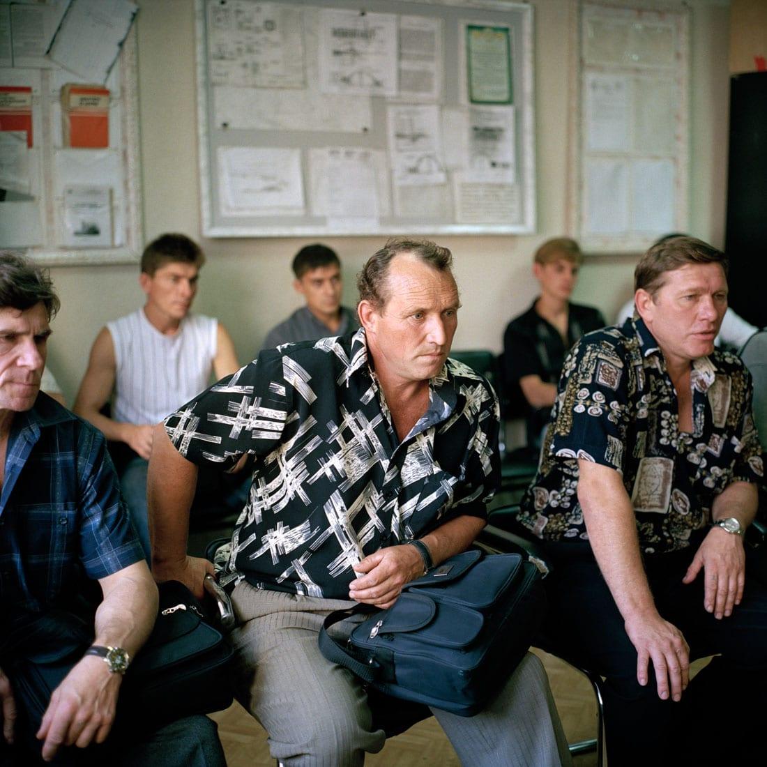 Oekraïne, Vugledar, 01-09-2006 Staats Steen kolenmijn 'Juzshno Donbasskaya Nr 1' (Zuiden van Donbass). Mijnwerkers (Koempels) krijgen bij binnenkomst van het mijngebouw een briefing over hun middagdienst. Mijnbouw, Steenkool, zwarte goud. PHOTO AND COPYRIGHT ROGER CREMERS