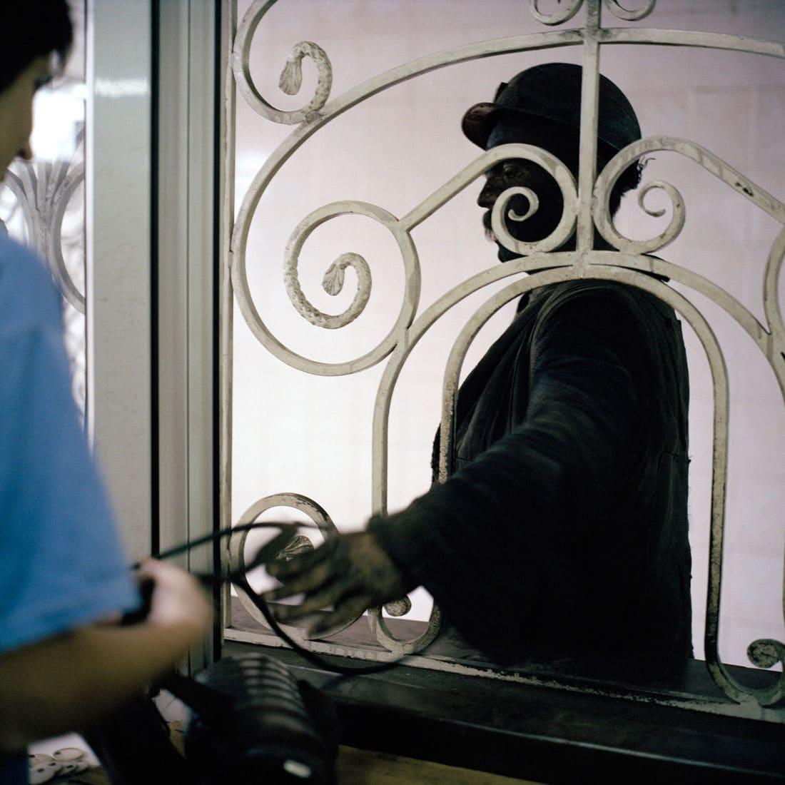 Oekraïne, Vugledar, 06-09-2006 Staats Steen kolenmijn 'Juzshno Donbasskaya Nr 3' (Zuiden van Donbass). Mijnwerkers (Koempels). Een ochtend fotografie op het mijncomplex. Een mijnwerker komt boven van de vroege dienst en levvert zijn lamp in bij de dames van de laampen afdeling. Mijnbouw, Steenkool, zwarte goud. PHOTO AND COPYRIGHT ROGER CREMERS