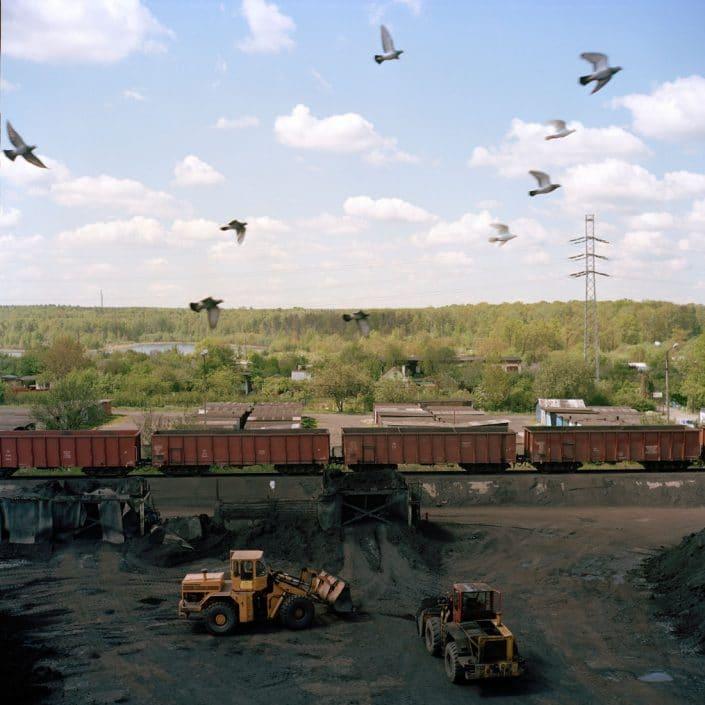 Polen, Knurow, 09-05-2008 Steenkolen mijn KWK Szczyglowice in Knurow. Het terrein waar kolen in de treinwagons worden geladen. Meeuwen vliegen. De afscheiding van het zwarte mijn terrein en de natuur is goed zichtbaar. PHOTO AND COPYRIGHT ROGER CREMERS