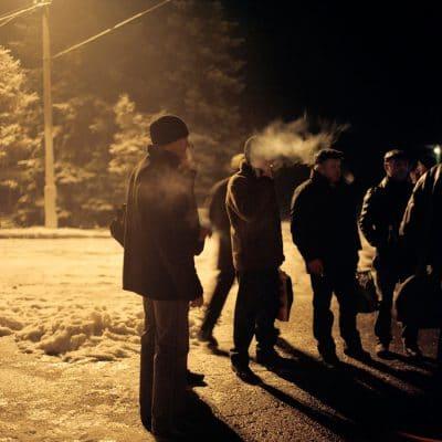 Oekraine, Donetsk, 03-12-2007 De Kujbyshevskaya mijn in het Azotny district in het westen van Donetsk. 's ochtend voor de vroege dienst staan de mijnwerkers hun laatste sigaret te roken voor het mijncomplex. PHOTO AND COPYRIGHT ROGER CREMERS