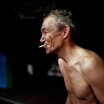 Oekraine, Donetsk, 03-12-2007 De Kujbyshevskaya mijn in het Azotny district in het westen van Donetsk. Mijnwerkers komen bovengrond na hun ochtend dienst en kleden zich uit voordat zij gaan douchen. Allereerst roken zij samen een sigaret. PHOTO AND COPYRIGHT ROGER CREMERS