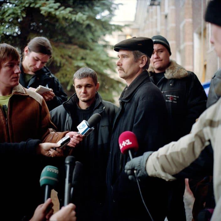 Oekraine, Donetsk, 01-12-2007 Op 18 november vond er een ondergrondse explosie plaats in de Zasyadko mijn in het noorden van Donetsk. Meer dan 100 mijnwerkers kwamen om het leven. In de nachtdienst naar 1 december was er weer een explosie in dezelfde mijn. Een dertig tal mijnwerkers raakte gewond. op 3 december zou in diezelfde mijn nog een explosie zijn. Persconferentie en mijnwerkers worden geinterviewd op het hoofdterrein van de mijn. PHOTO AND COPYRIGHT ROGER CREMERS