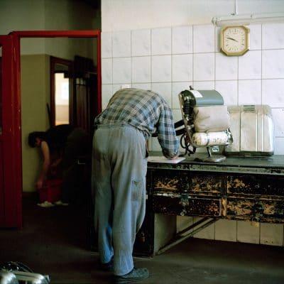Polen, Knurow, 07-05-2008 Steenkolen mijn KWK Szczyglowice in Knurow. Een medewerker van de reddingsploeg controleert een speciaal gasmasker voor de reddingsmedewerkers. PHOTO AND COPYRIGHT ROGER CREMERS
