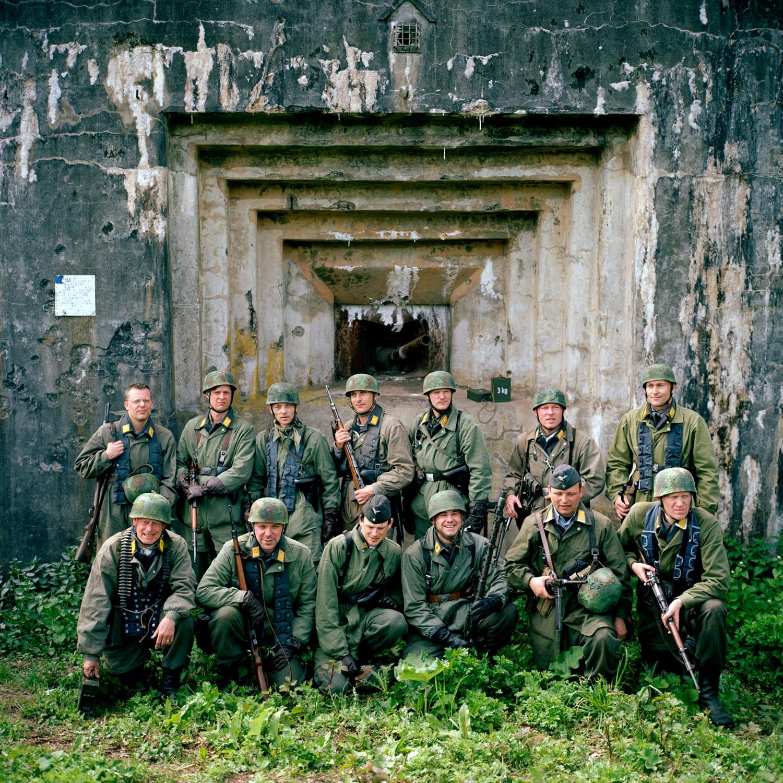 Belgie, Eben Emael, 16-05-2010 Fort Eben-Emael, gelegen in het Belgische Eben-Emael, even ten zuiden van Maastricht, is een voormalig Belgisch militair verdedigingsfort dat deel uitmaakt van de buitenste oostelijk gelegen fortengordel rond Luik, gebouwd tussen de Eerste en de Tweede Wereldoorlog. Dit uniek gelegen en superieur bewapend sperfort werd in die tijd beschouwd als het sterkste fort ter wereld en gold als onneembaar. De slag om het Fort wordt nagespeeld door internationale reenactment groepen. Belgische soldaten verdedigen het fort tegen Fallschirmjager. Eben-Emael was a Belgian fortress between Liège and Maastricht, near the Albert Canal, defending the Belgian-German border. International Reenactment groups replay the capture of the fortress. German Fallschirmjager (paratroopers) land with a wooden glider plane on top of the fortress and fight against the Belgium Soldiers. PHOTO AND COPYRIGHT ROGER CREMERS
