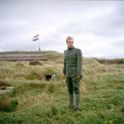 """Nederland, IJmuiden, 19-09-2010 Op het Forteiland in IJmuiden lopen reenactor van Duitse en Nederlandse militairen.' Naar Forteiland komen onder meer de oudste en meest opvallende groep van Nederland: """"Nederland Paraat"""". Deze specialiseren zich in de roerige mobilisatieperiode van 1939-1940, vooral het Vierde Regiment Infanterie spelen ze na. Dit 4RI vocht in de meidagen van 1940 op het vliegveld Valkenburg tegen de daar gelande Fallschirmjäger, de Duitse parachutisten.  Ook Duitse soldaten lopen over het eiland: de re-enactmentgroep """"Der Windhund"""" die soldaten uitbeeldt van het 16e PanzerGrenadier-Division dat van 1944 tot 1945 vocht van Frankrijk tot in Duitsland en zware verliezen leed. PHOTO AND COPYRIGHT ROGER CREMERS"""