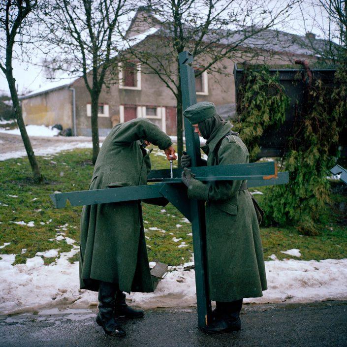 Belgie, Cobru, 12-12-2010 de 66 herdenkingdag van 'The battle of the Bulge', het Ardennenoffensief. In het dorpjes Recogne en Cobru, een deelgemeente van Bastogne (Bastenaken) wordt door reenactors de slag nagespeeld. In het dorp Recogne bevinden zich de amerikaanse militairen. In het nabijgelegen dorp Cobru liggen de Duitse militairen. Deelnemers komen uit Belgie, nederland, Frankrijk, Polen, Duitsland en Italie. Het evenement wordt georganiseerd door Dutyfirst. PHOTO AND COPYRIGHT ROGER CREMERS