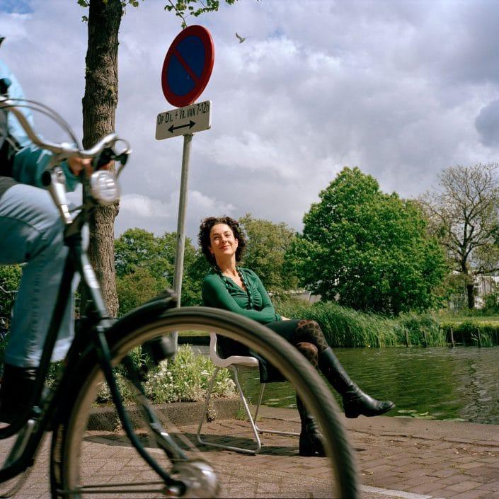 Femke Halsema (1966) is sinds 19 mei 1998 lid van de Tweede-Kamerfractie van GroenLinks. Zij was lijsttrekker van GroenLinks bij de verkiezingen van 2003 en 2006, en is politiek leider van haar partij. Sinds 26 november 2002 is zij fractievoorzitter. Halsema woont in Amsterdam. Zij was belast met de leiding van het project Res Publica, een samenwerkingsverband van het ministerie van Binnenlandse Zaken en politiek-cultureel centrum 'De Balie' over de grondwet. Eerder werkte mevrouw Halsema bij de Wiardi Beckman Stichting, het wetenschappelijk bureau van de PvdA. In de Kamer houdt zij zich behalve met het algemene politieke beleid vooral bezig met justitie, cultuur en Antilliaanse zaken. PHOTO AND COPYRIGHT ROGER CREMERS