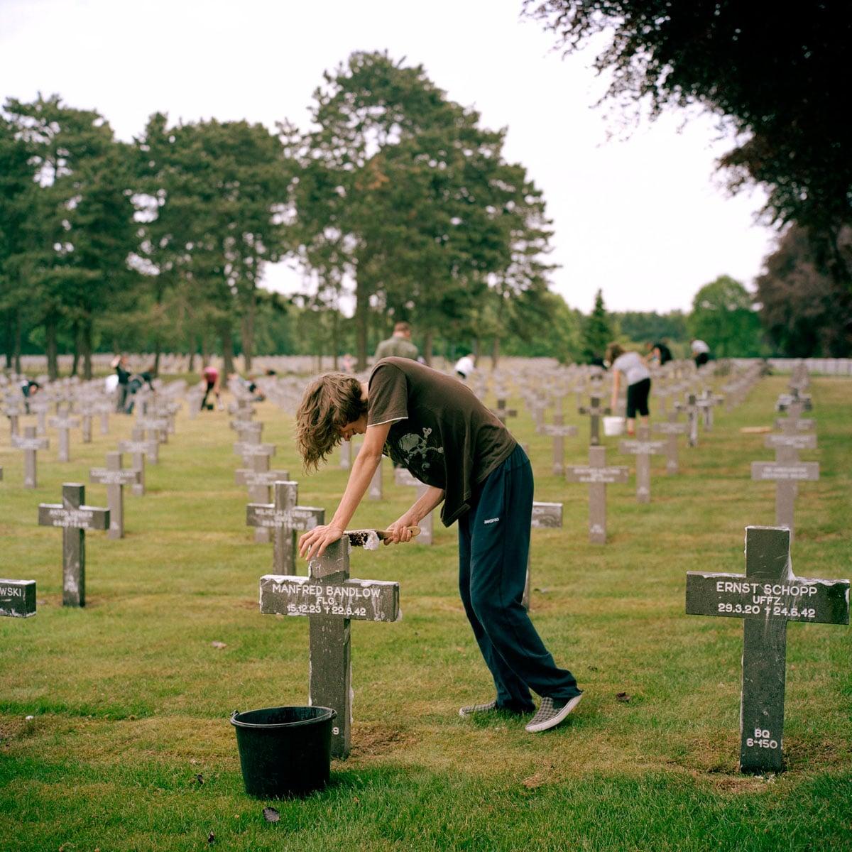 Nederland, Ysselsteyn, 18-05-2011 Herbegrafenis van Bruno Sander, Fried Janssen, Horst Quietzsch en twee onbekende Duitse Soldaten uit de Tweede Wereld Oorlog. De begrafenis vond plaats in het bijzijn van familie van een van de slachtoffer, Duitse en Nederlandse Militairen en schoolkinderen. De Duitse militaire begraafplaats in Ysselsteyn (Limburg) is de grootste militaire begraafplaats in Nederland. Het is de enige Duitse militaire begraafplaats in Nederland. Er liggen voornamelijk omgekomen Duitse militairen van de Tweede Wereldoorlog begraven. PHOTO AND COPYRIGHT ROGER CREMERS