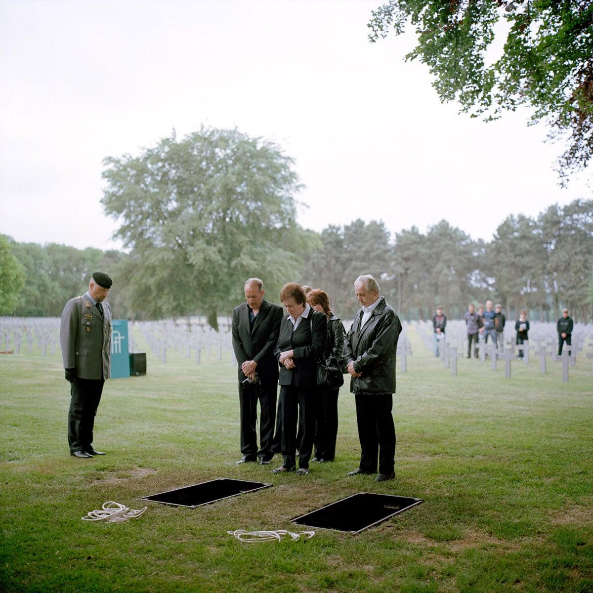 Nederland, Ysselsteyn, 19-05-2011 Herbegrafenis van Bruno Sander, Fried Janssen, Horst Quietzsch en twee onbekende Duitse Soldaten uit de Tweede Wereld Oorlog. De begrafenis vond plaats in het bijzijn van familie van een van de slachtoffer, Duitse en Nederlandse Militairen en schoolkinderen. De Duitse militaire begraafplaats in Ysselsteyn (Limburg) is de grootste militaire begraafplaats in Nederland. Het is de enige Duitse militaire begraafplaats in Nederland. Er liggen voornamelijk omgekomen Duitse militairen van de Tweede Wereldoorlog begraven. PHOTO AND COPYRIGHT ROGER CREMERS