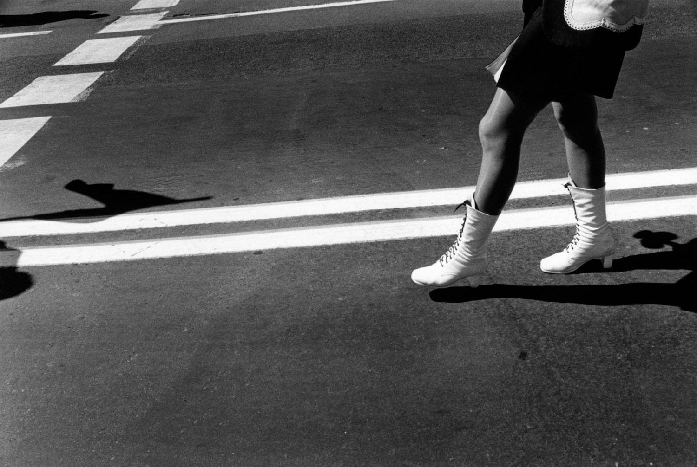 Polen, Warschau, 01-05-2004 Benen Beautiful en elegant woman legs on high heels in the streets of Warsaw De dag van de Arbeid in Polen. Vandaag is Polen toegetreden tot de Europeesche Unie. Behalve de normale parades en dmeonstraties op de dag zijne r ook veel mensen die tegen het toetreden van Polen bij Unie demonstreren. PHOTO AND COPYRIGHT ROGER CREMERS