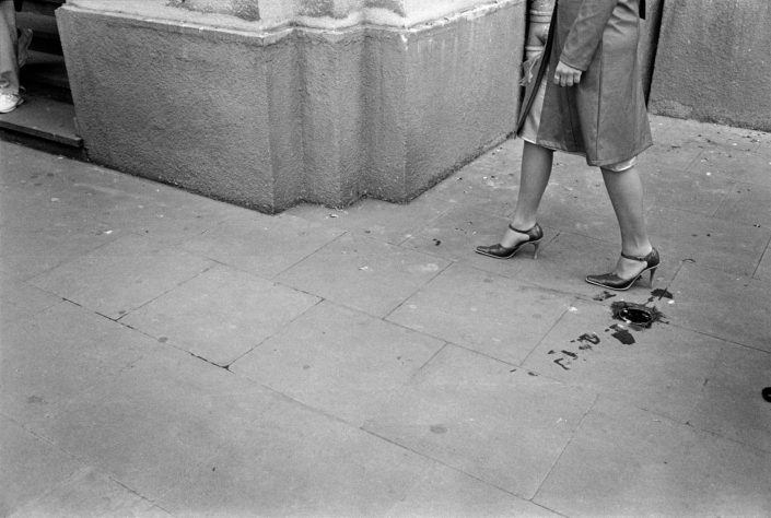 Polen, Krakau, 03-04-2005 Beautiful en elegant woman legs on high heels in the streets of Cracow PHOTO AND COPYRIGHT ROGER CREMERS