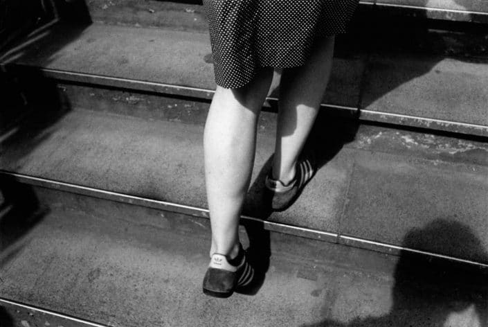 Frankrijk, Parijs, 24-04-2005 Beautiful en elegant woman legs on high heels in the streets of Paris France PHOTO AND COPYRIGHT ROGER CREMERS
