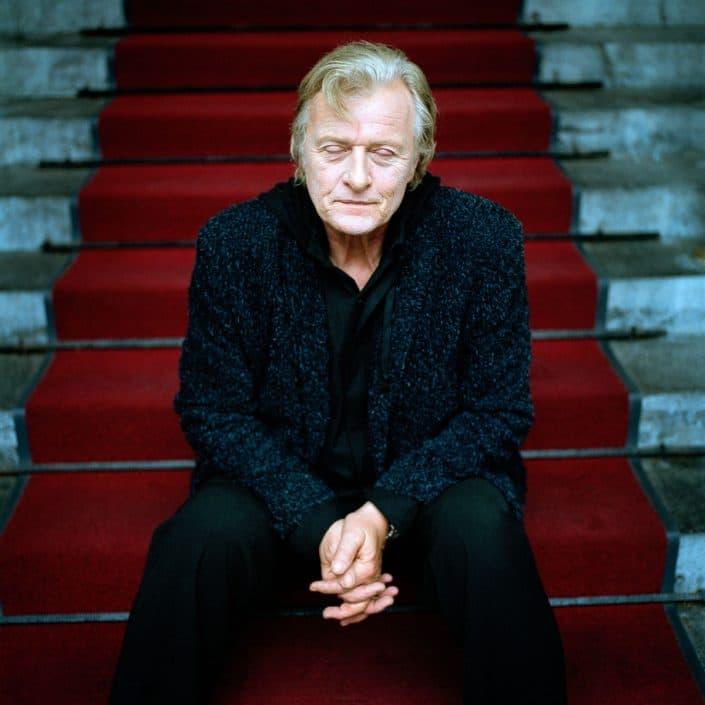 Rutger Hauer is een van oorsprong Nederlands acteur die sinds de jaren tachtig voornamelijk in de Verenigde Staten werkt. Hauer woont tegenwoordig weer in Nederland. Hij bewoont een boerderij in Beetsterzwaag. Hij is vooral bekend om zijn uiterlijk (lichtblond, blauwogig) en vanwege zijn veelzijdigheid: hij speelt zowel slechteriken als helden. PHOTO AND COPYRIGHT ROGER CREMERS
