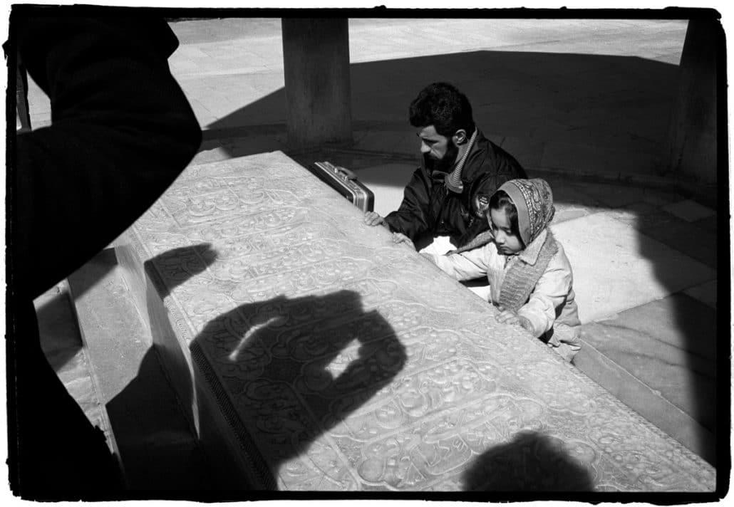 Iran, Shiraz, 06-02-2008 Een man bidt met zijn dochter bij het graf van Hafez. PHOTO AND COPYRIGHT ROGER CREMERS