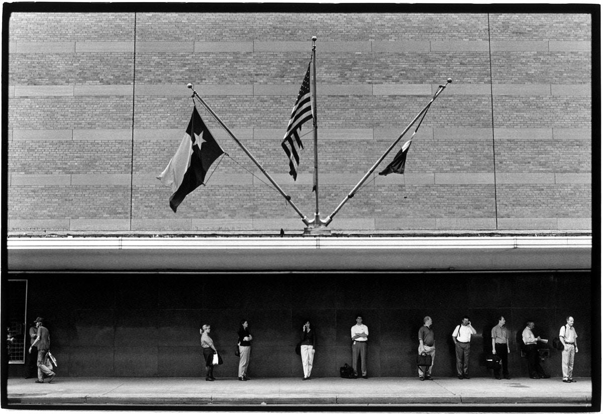Photo and Copyright Roger Cremers 13.09.2000 Houston Texas. Werknemers wachten na het werk om 17.00 op de bus in het Centrum van Houston.