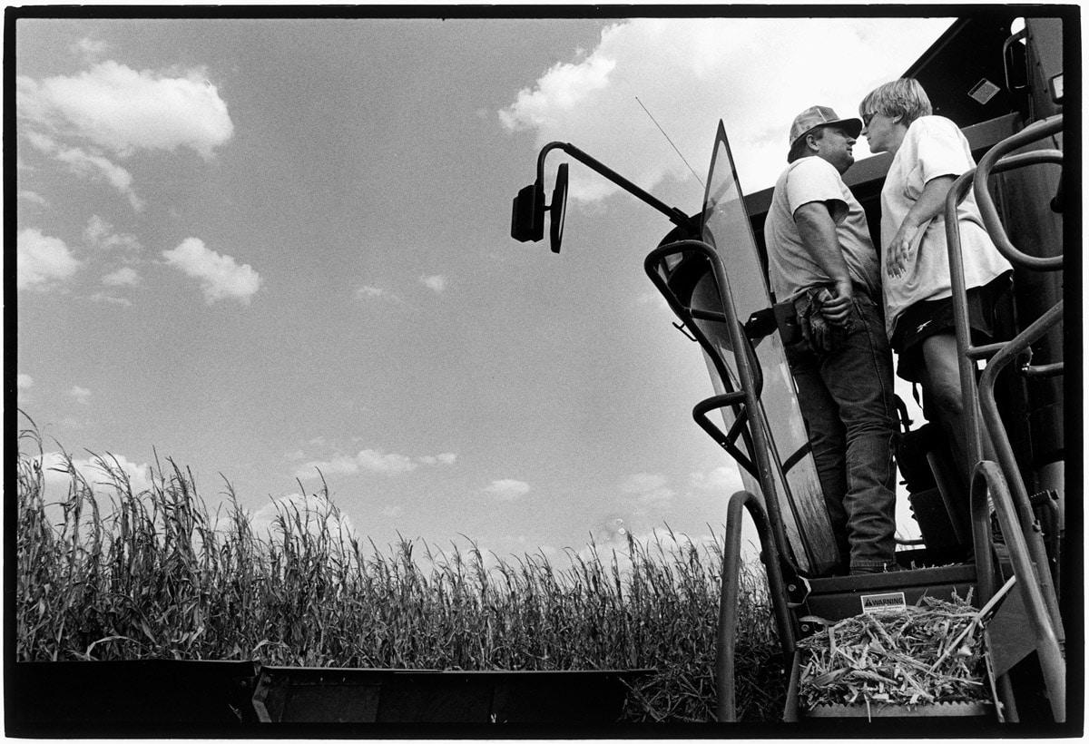 Photo and Copyright Roger Cremers 06.09.2000 Washburn Texas. Jimmy Burell met vrouw op de combine, afwisseling van de dienst. Zij oogsten de genetisch gemanipuleerde mais.