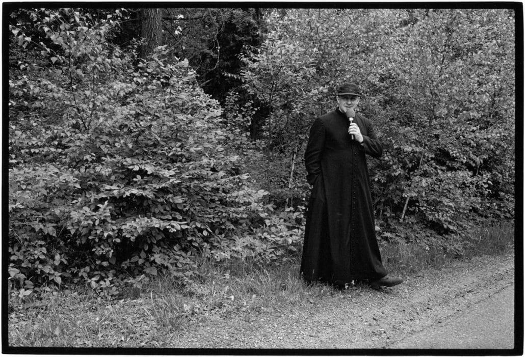 Photo and Copyright Roger Cremers 11.05.2002 Bedevaart naar aanleiding van de 82e verjaardag van de Paus een week voor de verjaardag (18 mei). Bewoners van het geboortedorp van de Paus lopen vanuit Wadowice naar Kalwaria in Polen. Tijdens de pelgrimage wordt er gebeden en gezongen. Pastoor Jan Jarco van