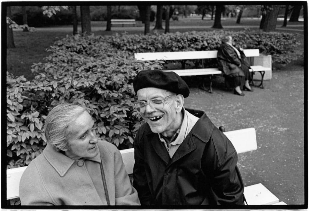 Photo and Copyright Roger Cremers 28.04.2002 Bejaarden bezoekers van het Ogrod Saski park te Warchau, Polen. (Warsaw Poland)