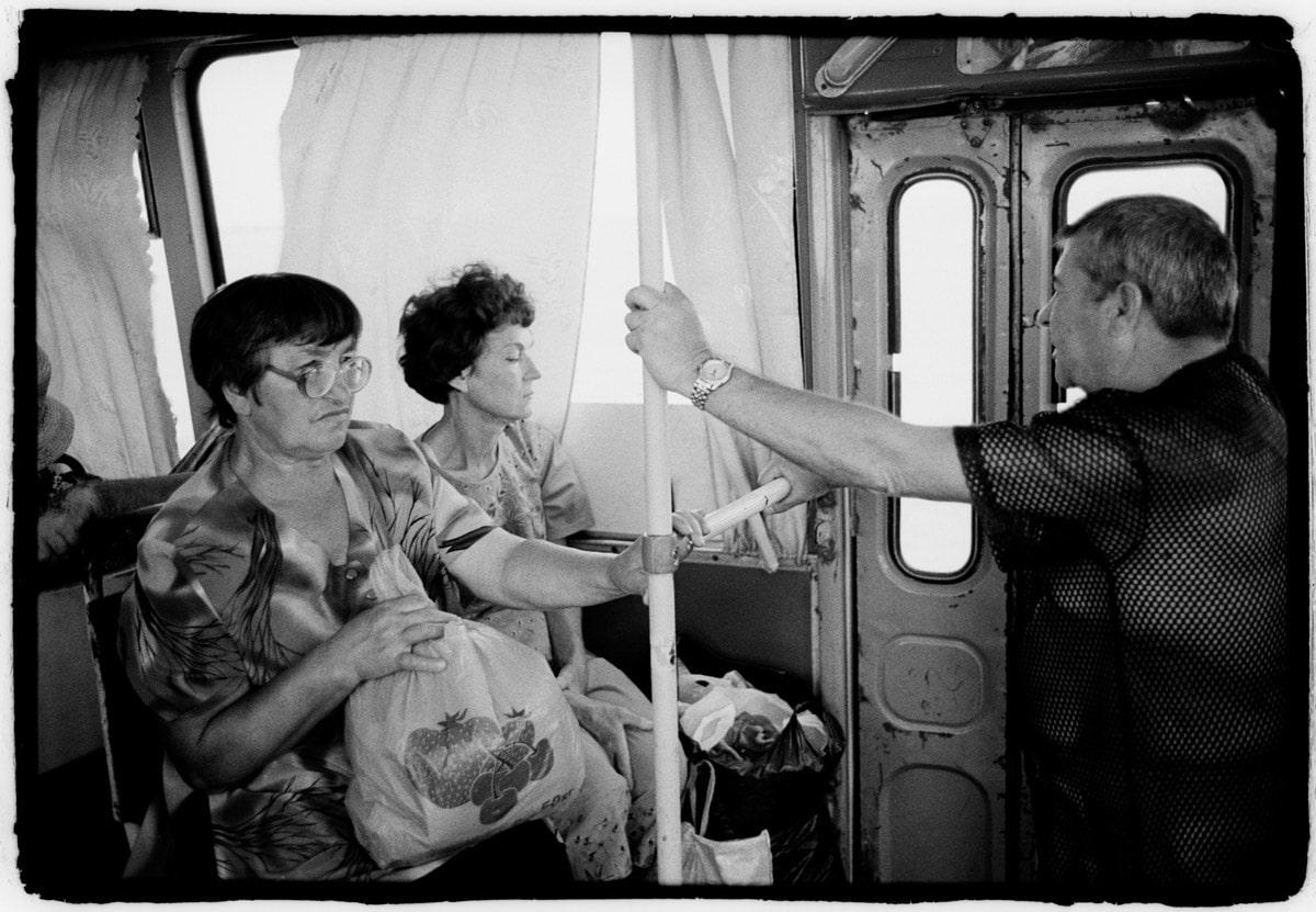 Oekraine, Krim, Eupatoria, 12-06-2008 Yevpatoria is een kustplaats in het westen van de Krim. Deze plaats staat vooral bekend om de vele sanatoria die er gevestigd zijn. Passagiers in de bus die hun inkopen gedaan hebben in de stad. PHOTO AND COPYRIGHT ROGER CREMERS