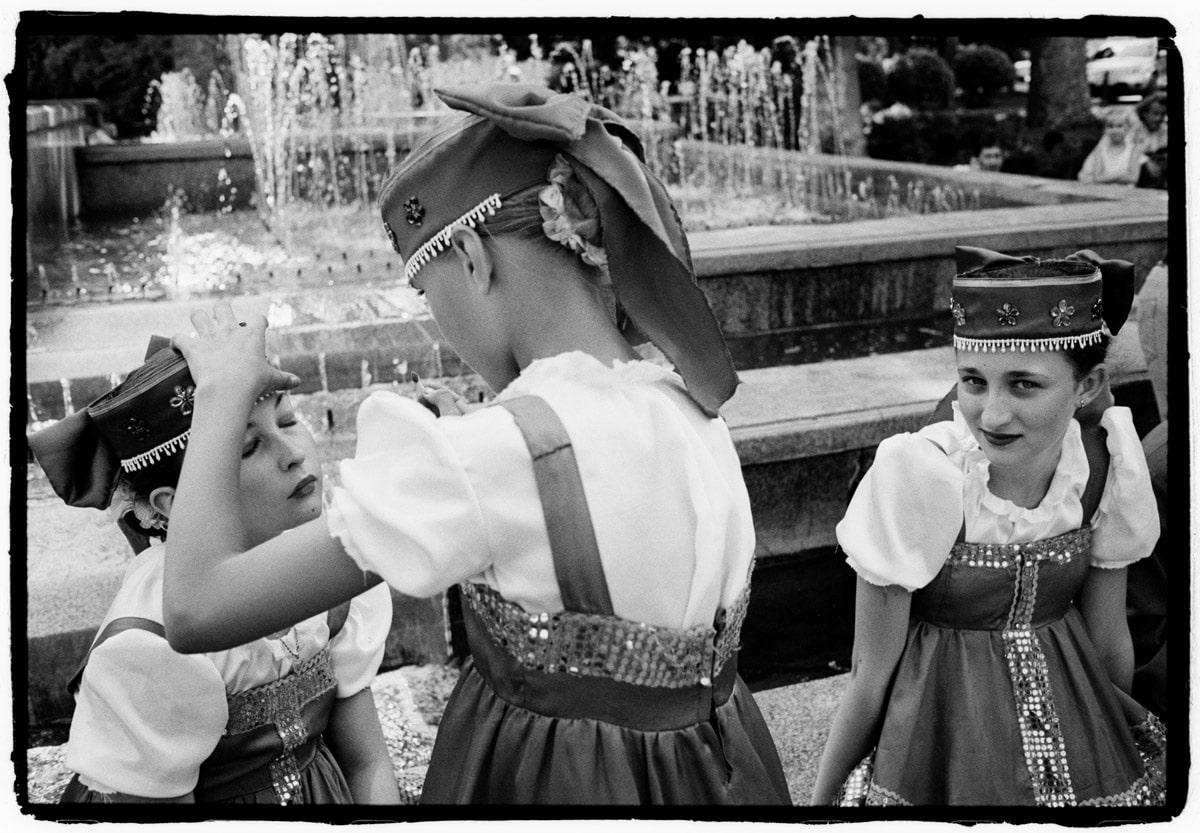 Oekraine, Krim, Jalta, 07-06-2008 Op de Boulevard van Jalta. Een concert met dansvoorstellingen door kinderen die traditionele oekrainese of russische dansen doen. Jalta is een stad in de Krimrepubliek op de Krim, in Oekraine. De stad is vooral bekend door de Conferentie van Jalta, die hier in februari 1945 plaatsvond. De gemeente Jalta is gelijk aan de stadsrayon Jalta. Jalta was en is een geliefd kuuroord. Het ligt in de luwte van het Krimgebergte en heeft daardoor een aangenaam klimaat met 2250 zonuren per jaar, een gemiddelde julitemperatuur van 24 graden, een verkoelende zeewind en 's winters weinig sneeuw. Beroemdheden als Tsjechov, Tolstoj en Tsjaikovski verbleven in Jalta. PHOTO AND COPYRIGHT ROGER CREMERS