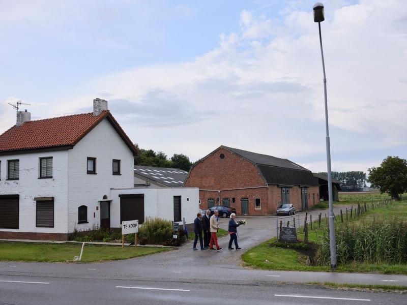 Nederland, Philipinne, 12-08-2019 - Zes mensen herdenken op een boerderij net buiten Phillippine de omgekomen drie bemanningsleden van een Engelse Blenheim-bommenwerper, die op 12 augustus 1941 door Duitsers werd neergeschoten. - Engelse bommenwerper Blenheim V5859 (SGLO T1171) - PHOTO AND COPYRIGHT ROGER CREMERS