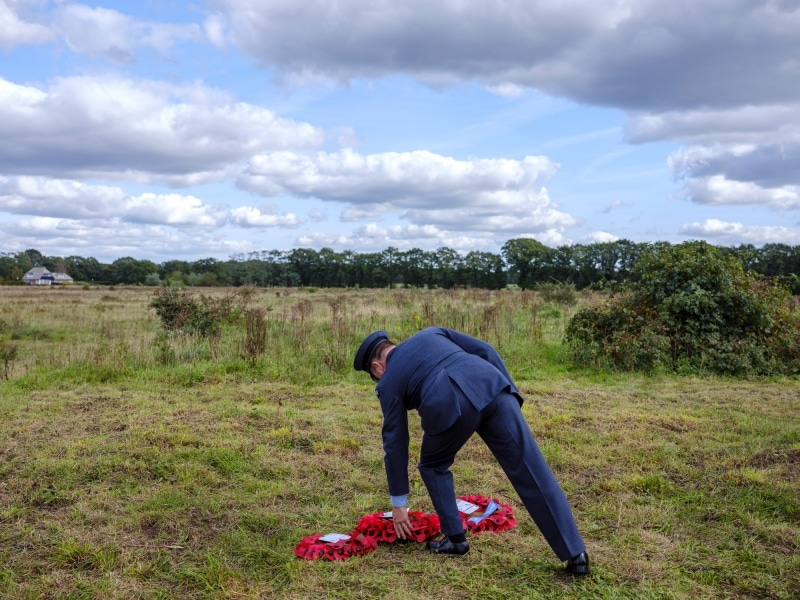 Nederland, Wolfheze, 19-09-2019 - Tijdens operatie Market Garden in 1944 en de gevechten rond Arnhem, is Royal Air Force (RAF) piloot Fl.Lt. David Lord neergestort. Zeven bemanningsleden inclusief hijzelf zijn daarbij om het leven gekomen. Eén man overleefde. Vele vliegers hebben tijdens de Tweede Wereldoorlog op tal van manieren het leven gelaten. Het verhaal van Lord is uitzonderlijk omdat hem – postuum – vanwege zijn ongekende moed de hoogste Britse militaire onderscheiding is toegekend: het Victoria Cross. Dit is een decoratie die slechts enkele militairen ontvangen. - Omdat het in september 2019 75 jaar geleden is dat operatie Market Garden plaatsvond wordt deze uitgebreid herdacht. Verschillende veteranen en vele nabestaanden van slachtoffers zullen bij herdenkingen aanwezig zijn. Het is de bedoeling om op 19 september een passend monument voor Lord en zijn bemanning te onthullen. Op die dag is het exact 75 jaar geleden dat de crash van Lord's Dakota plaats vond. Het monument zal bestaan uit een grote veldkei, passend bij het Veluwse landschap, met daarop een decoratief vorm gegeven metalen plaat met bronzen ornament en een tekst met onder andere de namen van de zeven omgekomen bemanningsleden. Intussen wordt onderzoek gedaan naar nabestaanden van de bemanningsleden van het toestel. Het zou voor deze mensen een belangrijke blijk van waardering zijn wanneer een gesneuveld familielid alsnog wordt geëerd met een monument. De gemeente Renkum en de Stichting Natuurmonumenten hebben officieel toestemming gegeven voor het plaatsen van dit gedenkteken en de nodige faciliteiten aangeboden. Ook andere Nederlandse en Britse organisaties steunen dit initiatief. - PHOTO AND COPYRIGHT ROGER CREMERS